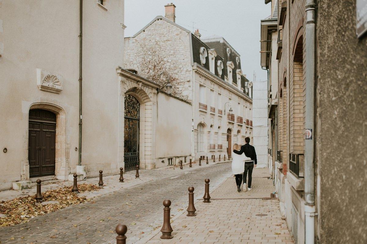 Séance photo lifestyle future maman balade dans les rues de Reims